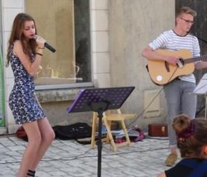 Gastronomies musicales 06/07/2015 05:24 Clémentine accompagnée à la guitare par Killian et de Gérald.